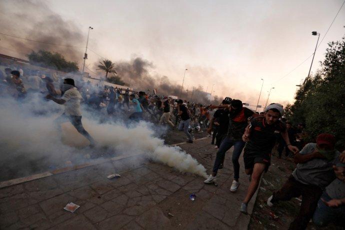 Při protestech mladých Iráčanů proti korupci a Íránu zahynulo v prvním říjnovém týdnu 110lidí. Bagdád, 5. 10. 2019. Foto: Thaier Al-Sudani, Reuters