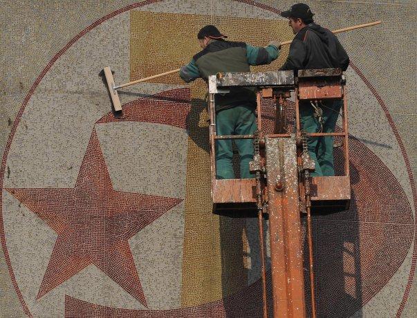 Teprve skoro třicet let po pádu komunismu, v roce 2018, zmizela z domu na semilském Riegerově náměstí mozaika ze 70. let. Dědictví takzvané normalizace v mentalitě mnoha lidí přetrvává dodnes. A ještě to potrvá. Foto: ČTK