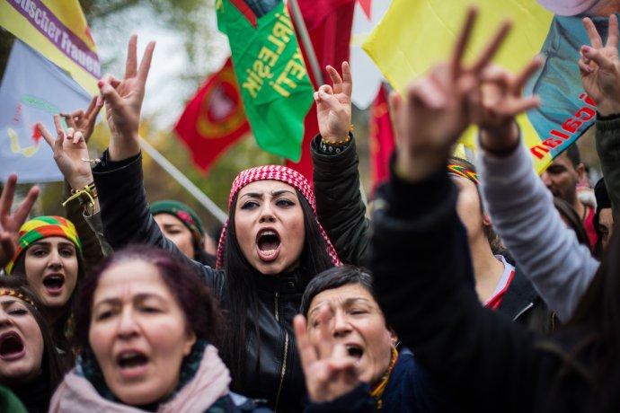 V západních zemích žije dle odhadů asi 1,5milionu Kurdů, asi polovina znich vNěmecku. Asvou podporu nezávislému Kurdistánu dávají hlasitě najevo. Foto:ČTK/AP