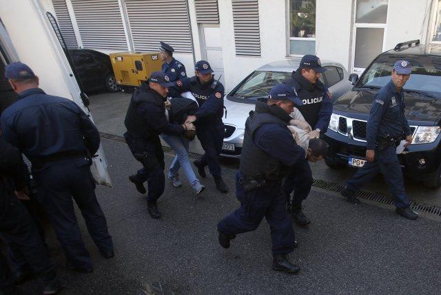 Policie v Černé Hoře eskortuje lidi, kteří jsou podezřelí z účasti na pokusu o převrat (2016). Foto: ČTK