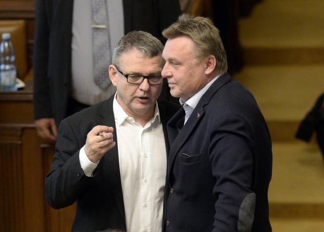 Zleva ministr kultury Lubomír Zaorálek (ČSSD) aposlanec Pavel Juříček (ANO) na schůzi Poslanecké sněmovny. Foto:Kateřina Šulová, ČTK