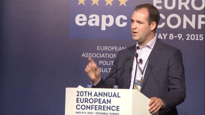 Poradce Aron Shaviv během prezentace své práce v roce 2015. Foto: YouTube.com