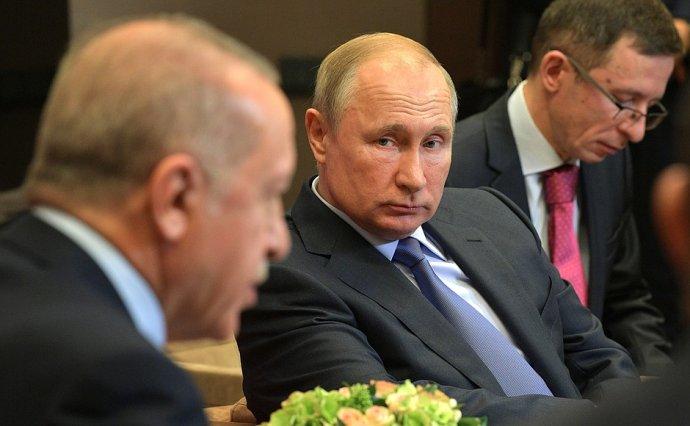 Prezidenti Turecka a Ruska, Erdogan a Putin, se v říjnu v Soči dohodli na zastavení turecké vojenské operace v severní Sýrii, ve středu ráno už byly v oblasti ruské jednotky. Zdroj: Kremlin.ru