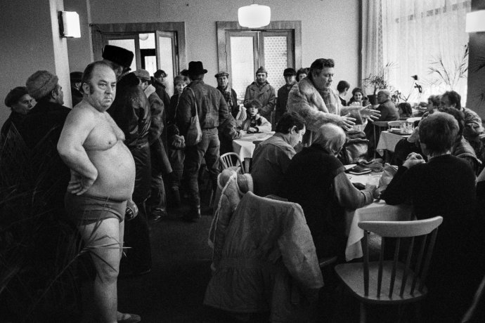 """""""To tehdy měla být vhospodě striptérka, ale onemocněla, tak požádala tatínka ozáskok,"""" směje se Vladimír Birgus. """"Dělám si legraci. Je to zbloudilý otužilec. Krásný je, jak si ho nikdo nevšímá."""" Praha, 1988. Foto:Vladimír Birgus"""