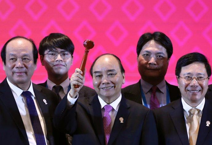Slavnostní zakončení letošního summitu ASEAN. S paličkou uprostřed se usmívá Nguyen Xuan Phuc, premiér Vietnamu, který v Bangkoku převzal rotující předsednictví ASEANu. Z výsledku summitu se může radovat Čína, Američané si stěžují na bojkot. Foto: Soe Zeya Tun, Reuters