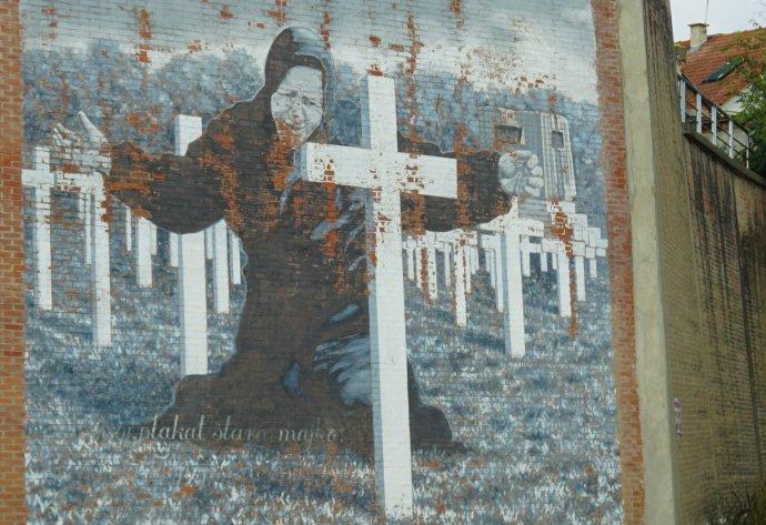 Chorvatsko má svůj velký mýtus. Je jím příběh o Vukovaru, městu-hrdinovi (Grad heroj), které statečně čelilo nepříteli a svůj život položilo na oltář vlasti. Na snímku malba truchlící ženy na jedné z vukovarských zdí. Foto: Magdalena Slezáková, Deník N