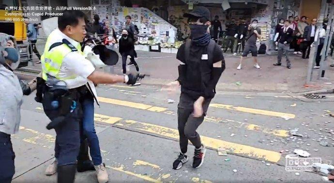 Moment, kdy policista střílí ostrými náboji na neozbrojeného protestujícího v Hongkongu. Záběr z videa: Cupid Producer / Reuters