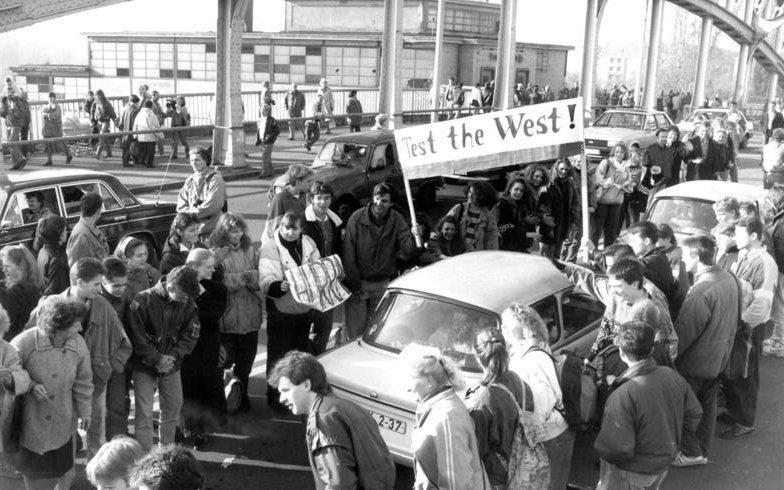 Most Böse-Brücke uBornholmer Strasse, kde byl hraniční přechod mezi východním aZápadním Berlínem, na němž vnoci 9.listopadu 1989pohraničníci jako první ustoupili apustili občany NDR na Západ. Fotografie je ale zdalšího dne, 10.11. Foto:Bundesarchiv