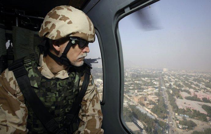 V roce 2012 náčelník generálního štábu Petr Pavel sleduje z amerického vrtulníku afghánské hlavní město Kábul při své první návštěvě českých vojáků v misi ISAF. Afghánistán navštívil společně s premiérem Petrem Nečasem. Foto: ČTK