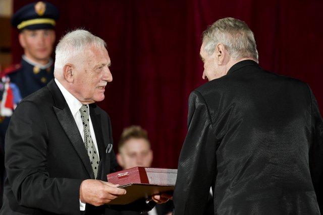 V roce 1998 si rozdělili moc opoziční smlouvou, o dvě desítky let později si rozdělovali medaile (na snímku Miloš Zeman a Václav Klaus při udělování státních vyznamenání 28. října letošního roku). Foto: ČTK