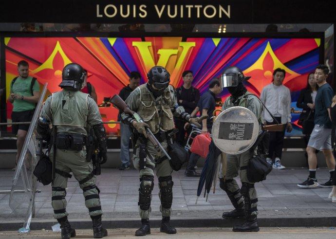 Policie zajišťuje v ulicích Hongkongu v těchto dnech světlé zítřky této původně britské kolonie. ČTK/AP/Ng Han Guan