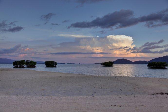 Pláž na Bílém ostrově (White Island) na Bougainville, zatím součásti Papuy Nové Guineje. Foto: Jeremy Weate, CC BY 2.0
