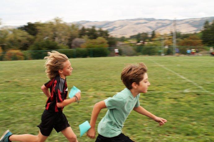 Běží pro zábavu, nebo o závod a pro potěšení rodičů? Foto: Unsplash, Lisa Wall