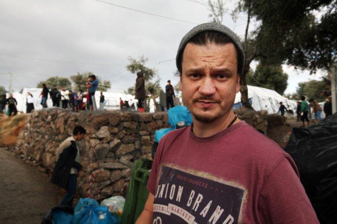Český dobrovolník Milan Votýpka na řeckém ostrově Lesbos. Foto: Andrej Bán, Denník N