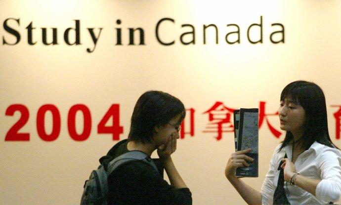 Číňané tvoří čtvrtinu všech zahraničních studentů na světě (ilustrační snímek ze vzdělávacího veletrhu v Šen-čenu, únor 2004). Foto: China Photos GN/PB, Reuters