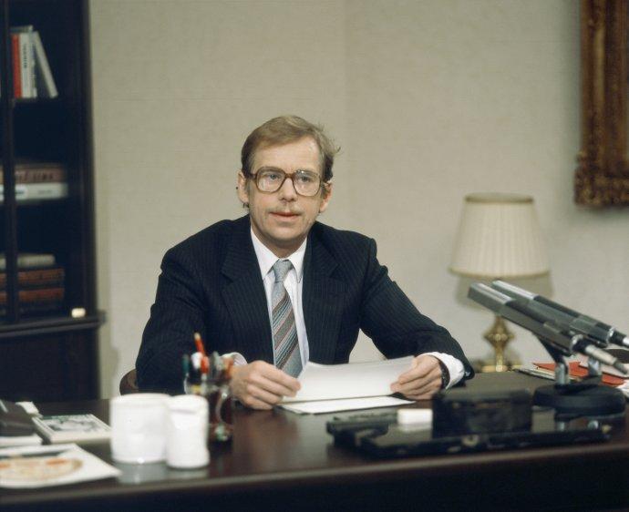 """Kdyby letošní projev pronášel Havel, nemohl by asi zopakovat svoji slavnou větu """"naše země nevzkvétá"""", kterou otevřel svůj projev v roce 1990. Přesto by ale nemohl ani říci, že naše země vzkvétá. Foto: ČTK"""