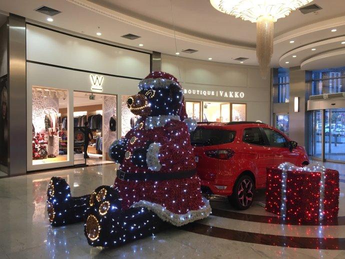 Některá turecká nákupní centra jsou před Vánoci knerozeznání od těch vpůvodně křesťanských zemích. Foto: Jana LeBlanc, DeníkN