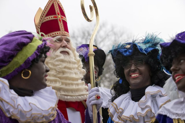 Zástupy Sinterklaasů se svými pomocníky známými jako Zwarte Piet zaplní každoročně ulice nizozemských a vlámských měst. Foto: ČTK/AP