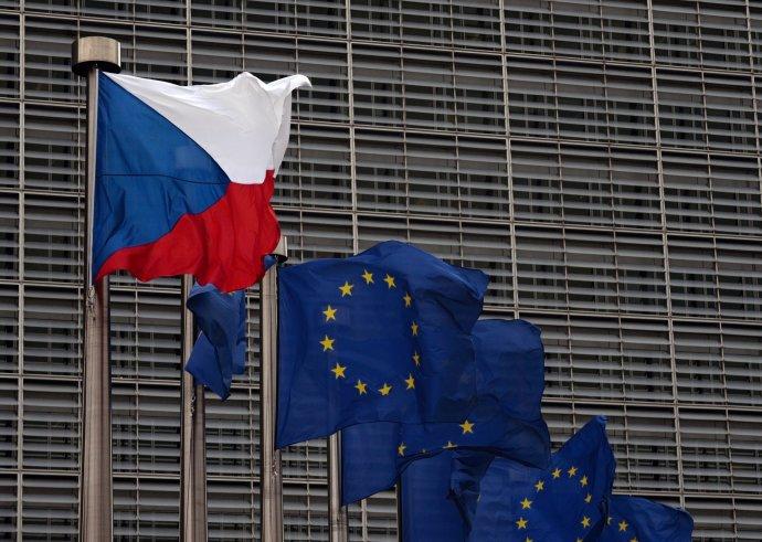 Vlajky České republiky aEvropské unie na stožárech před sídlem Evropské komise vBruselu. Foto:Jakub Dospiva/ČTK