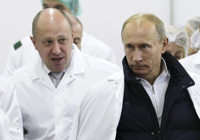 """""""Putinův šéfkuchař"""" Jevgenij Prigožin spolu s nynějším ruským prezidentem na snímku z roku 2010. Foto: ČTK"""