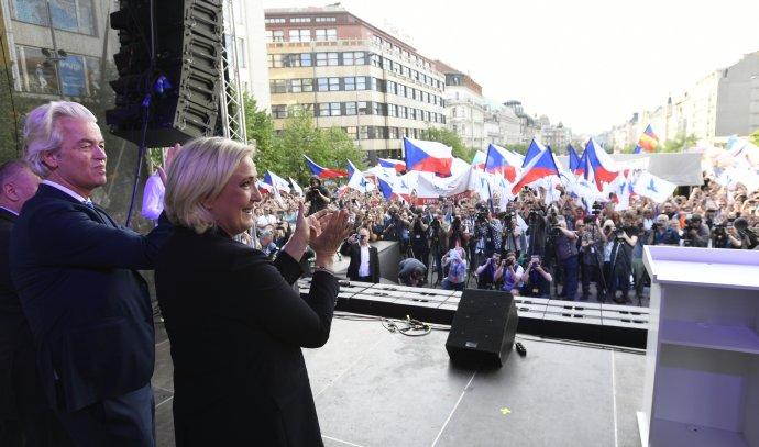 Populisté vědí, co chtějí zklamaní lidé slyšet. SPD si letos do Prahy pozvala mistry v tomto oboru: Geerta Wilderse z Nizozemska a Francouzku Marine Le Penovou. Foto: čtk