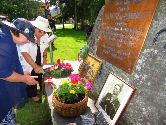 Eugenie Čihalová (v bílém) u pomníku zavražděným kozákům. Zdroj: Fb