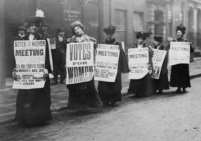 Na začátku minulého století musely ženy bojovat o své právo vyrovnat se mužům. Dnešní společnost je potřebuje tam, kde muži často selhávají. Foto: Library of Congress (LC-DIG-ggbain-00111)