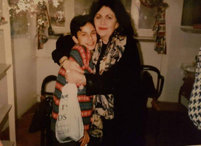 Malý Zijo sAngličankou Colleen, sníž se poznal během léčby vČerné Hoře akterá se stala jeho druhou matkou. Foto:archiv Zija Ribiće