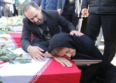Žena pláče nad rakví oběti, která zemřela při pádu letadla zTeheránu do Kyjeva. Írán nyní přiznal, že letadlo sestřelil sám. Foto:Mahmoud Hosseini / Tasnim News Agency via Reuters