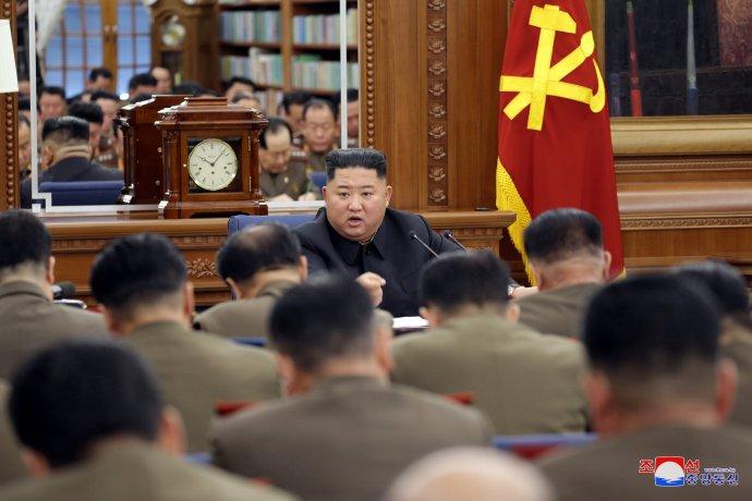 Severokorejský vůdce Kim Čong-un promlouvá na zasedání Ústřední vojenské komise Korejské strany práce (nedatovaný snímek zveřejněný agenturou KCNA 21. prosince 2019). Foto: KCNA via Reuters