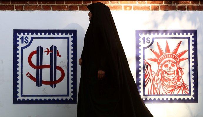 Žena vTeheránu míjí protiamerické graffiti na zdi někdejší ambasády USA (3.ledna2020). Foto: Nazanin Tabatabaee, WANA, Reuters
