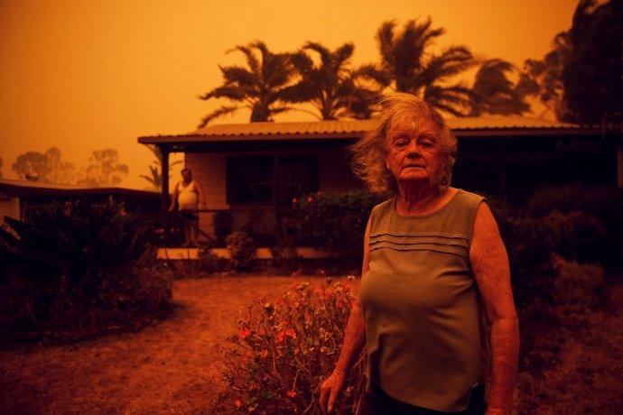 Oheň v Novém Jižním Walesu: Nancy Allenová před svým domem ve městě Nowra a nejhorší požár ve známých dějinách Austrálie. Foto: Tracey Nearmy, Reuters
