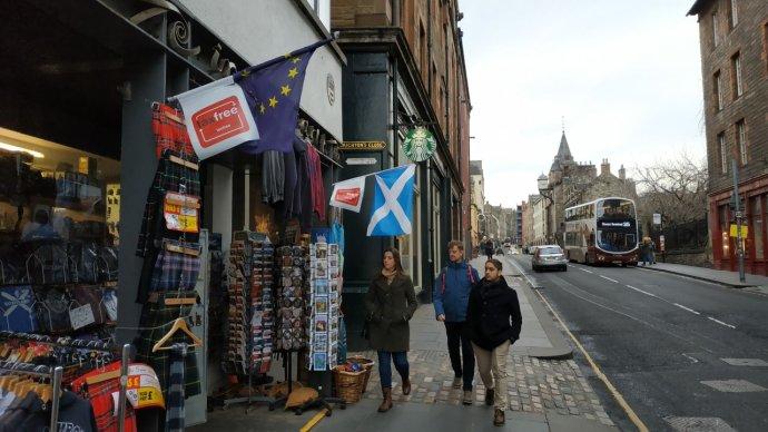 Skotsko dnes spolu s celou Británií opouští Evropskou unii, vlajky EU ale v ulicích Edinburghu vlají dál. Foto: Jan Kudláček, Deník N