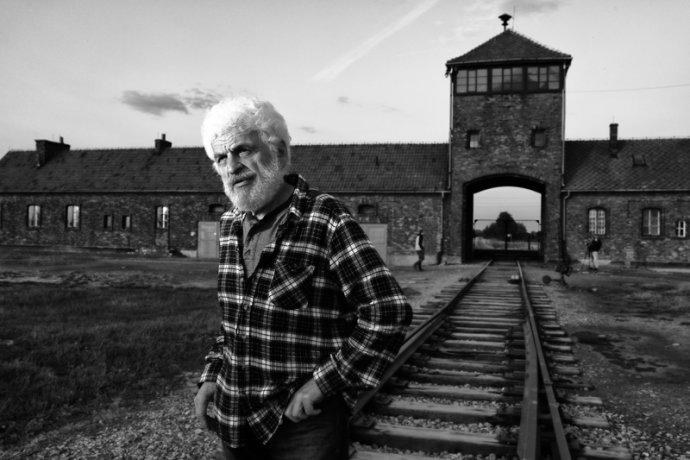 Fedor Gál před vstupní branou do bývalého nacistického likvidačního tábora Osvětim-Březinka. Foto:Jindřich Buxbaum