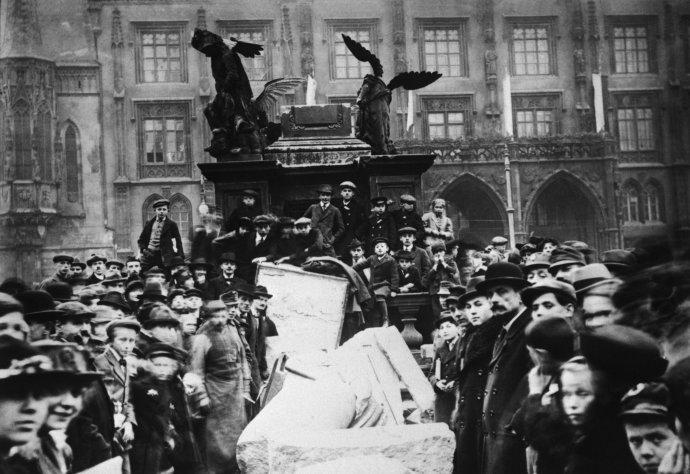 Povalený mariánský sloup na Staroměstském náměstí vPraze. Listopad 1918. Foto:ČTK