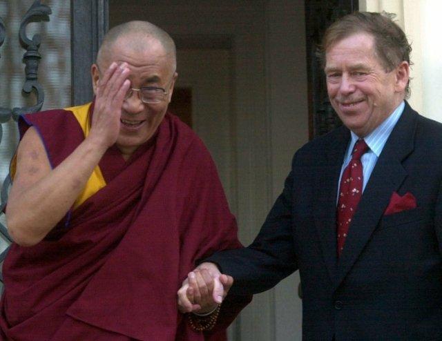 Tibetský duchovní apolitický vůdce dalajláma aprezident republiky Václav Havel po setkání, které se uskutečnilo 16. října 2000 vprezidentově vile vDělostřelecké ulici vPraze6. Foto:ČTK