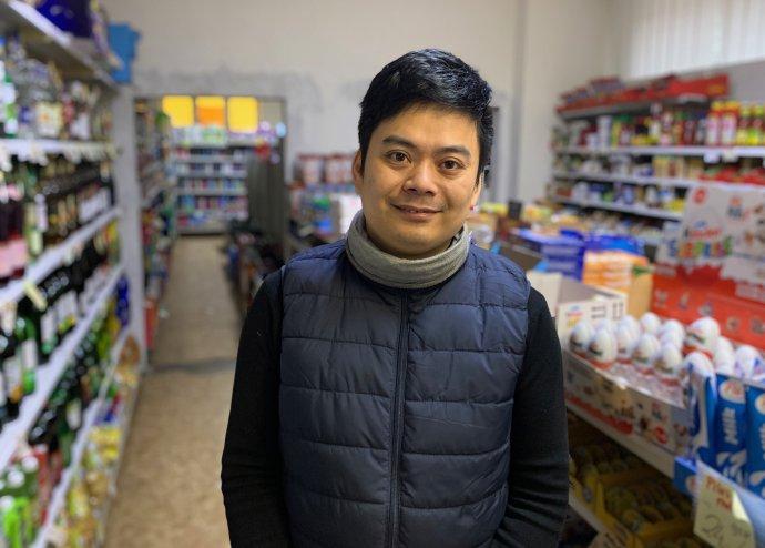 Večerka vulici Ke Kamenci vPardubicích, kde pan Nguyen Van Phú našel obálku svíc než sedmnácti tisíci korunami. Když se nikdo neozval, přinesl je na policii. Foto:Jana Ciglerová, DeníkN