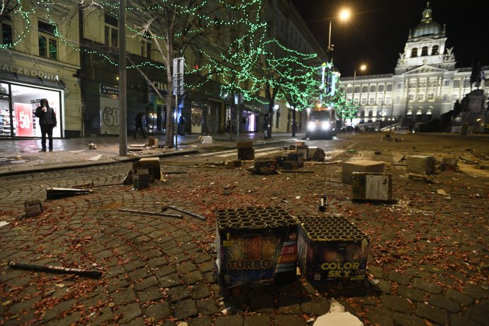 Zbytky po silvestrovských oslavách na pražském Václavském náměstí. Foto: ČTK