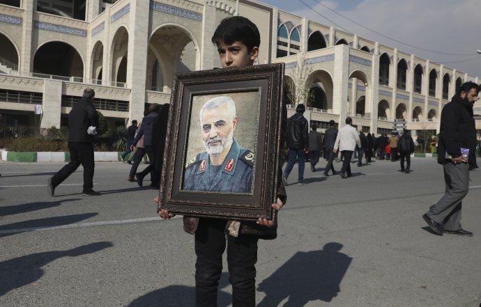 Pro Spojené státy byl Kásem Solejmání terorista, naopak část Íránců po jeho zabití v Iráku truchlila. Na snímku z centra Teheránu nese chlapec generálův portrét. Foto: ČTK/AP