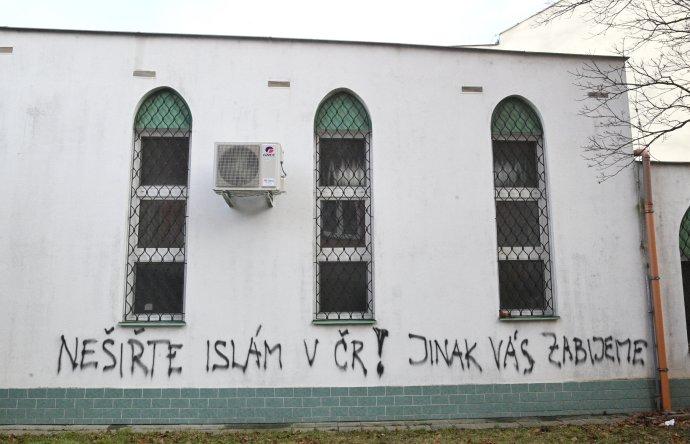 """Nápis """"Nešiřte islám v ČR! Jinak vás zabijeme"""", který kdosi nasprejoval na zeď brněnské mešity. Foto: ČTK"""