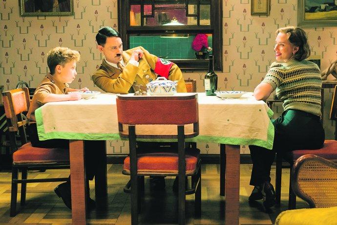Typická německá domácnost. Roman Griffin Davis, Taika Waititi a Scarlet Johanssonová. Foto: Kimberley French