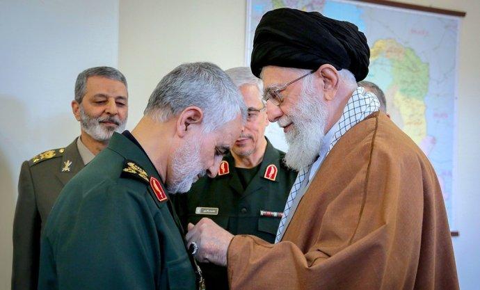 Pro íránský teokratický režim vedený nejvyšším vůdcem ajatolláhem Chameneím (vpravo) byl generál Kásem Solejmání klíčovou oporou. Vlednu 2020přišel oživot po americkém útoku. Foto:Khamenei.ir aWikimedia Commons