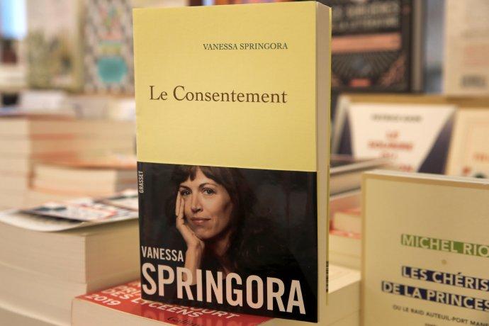 Fotografie knihy Souhlas zfrancouzského knihkupectví. Foto:Christophe Ena, AP/ ČTK