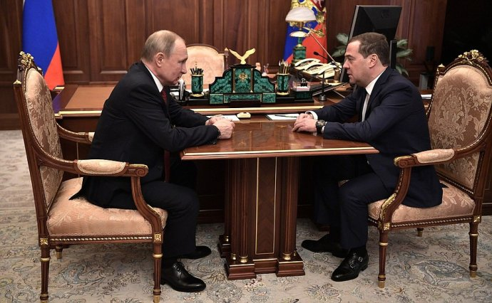 """Vladimir Putin udělal zDmitrije Medvěděva vůdce """"své"""" strany. Před volbami se ale oba ztratili veřejnosti zočí. Zdroj: kremlin"""