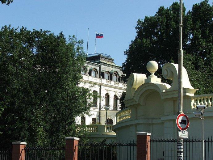 Vítejte na Velvyslanectví Ruské federace v Praze, (dosud) Pod Kaštany 1, Praha 6. Foto: Wikimedia, CC BY 2.5