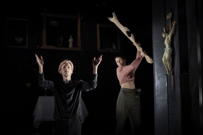 V představení se nešetří verbálními žerty agagy různého kalibru. Foto: KIVA