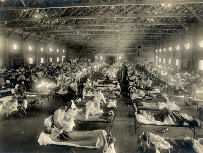 Nouzová nemocnice pro nakažené chřipkou na americké vojenské základně Camp Funston v Kansasu. Foto: autor neznámý