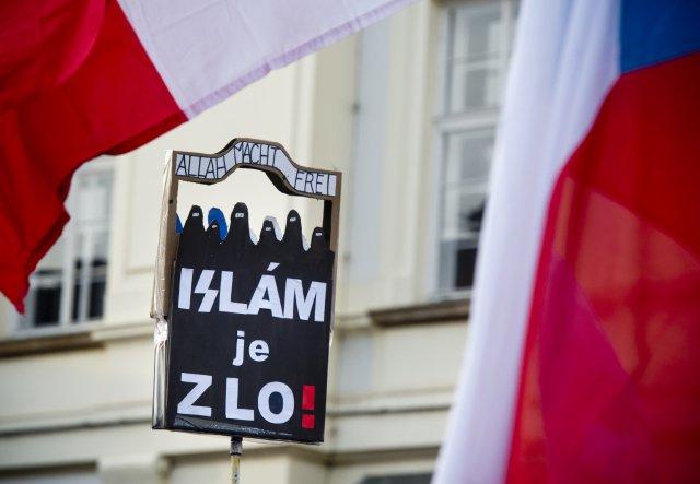 Plakát z demonstrace Bloku proti islámu na Hradčanském náměstí v Praze v únoru 2016. Foto: ČTK