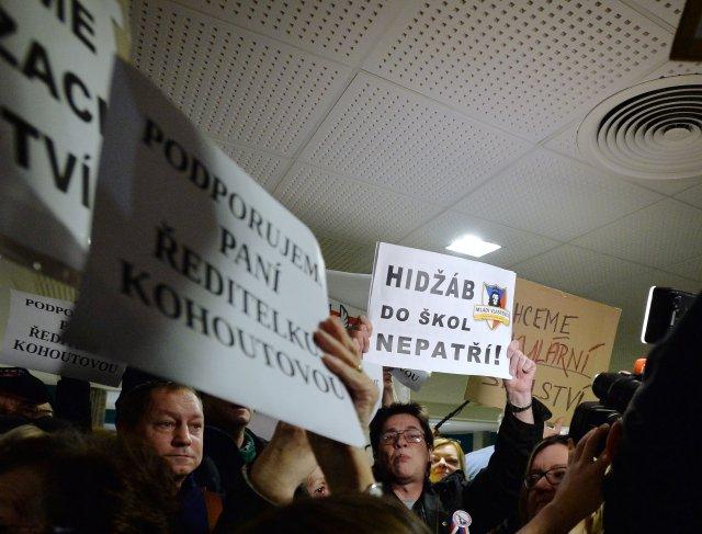 """Demonstrace odpůrců islámu poznamenávaly všechna přelíčení v tzv. """"šátkové kauze"""". Minimálně v jednom případě musela soudkyně Obvodního soudu pro Prahu 10 dokonce nařídit veřejnosti, aby opustila soudní síň. Foto: ČTK"""