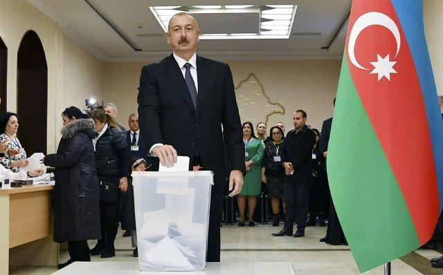 Ázerbájdžánský vládce Ilham Alijev hlasuje vnedělních parlamentních volbách. Foto:ČTK